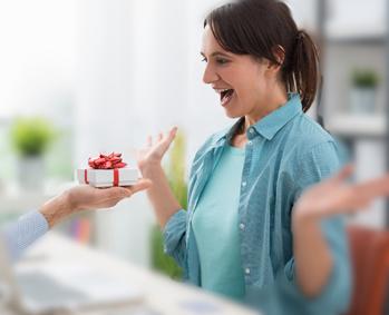 Frau bekommt Geschenk